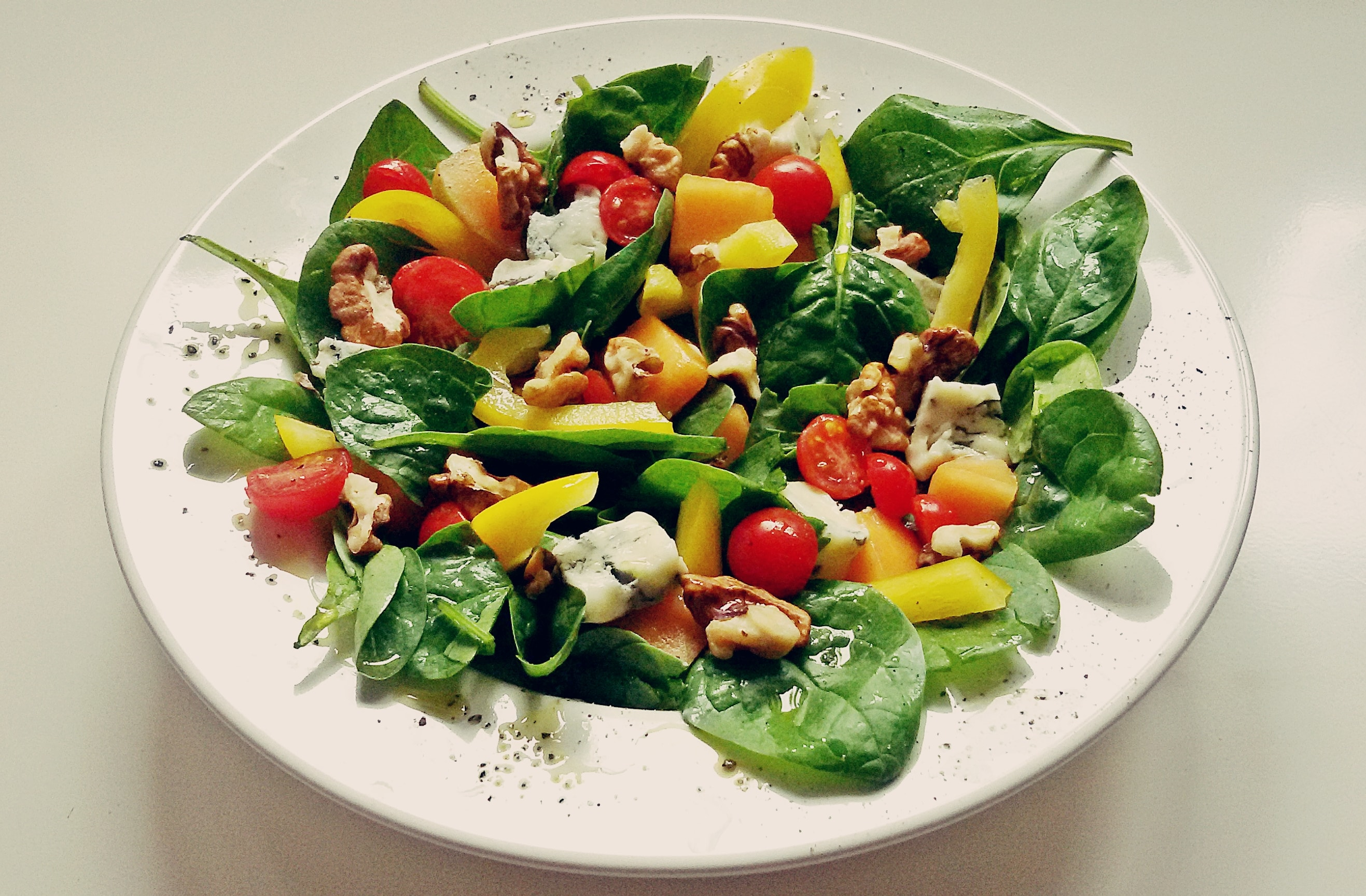 Sałatka z melonem, gorgonzolą i szpinakiem