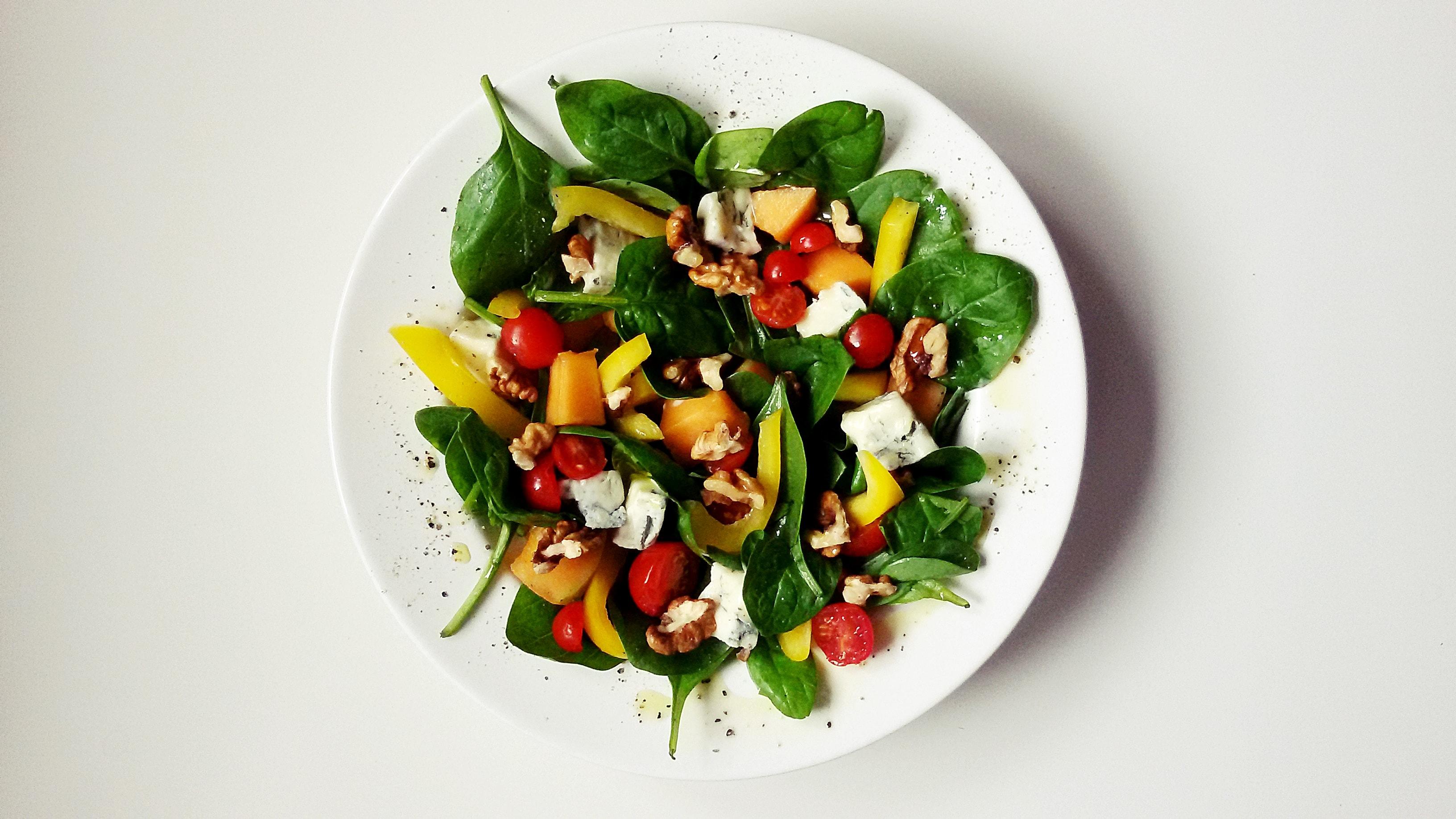 salatka z gorgonzola i orzechami