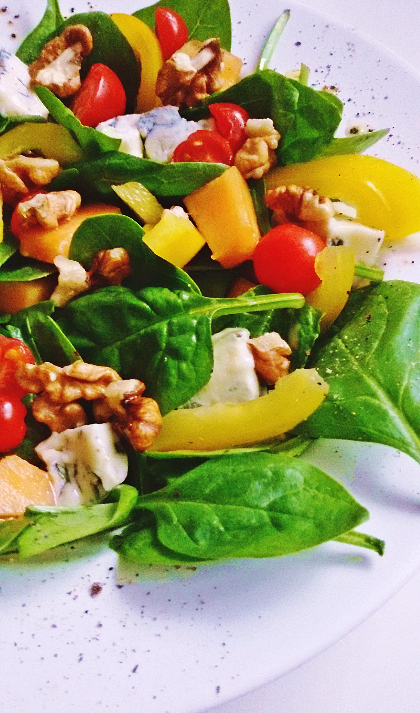 salatka ze szpinakiem i gorgonzola