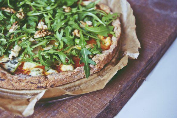 pizza z gruszką i gorgonzolą