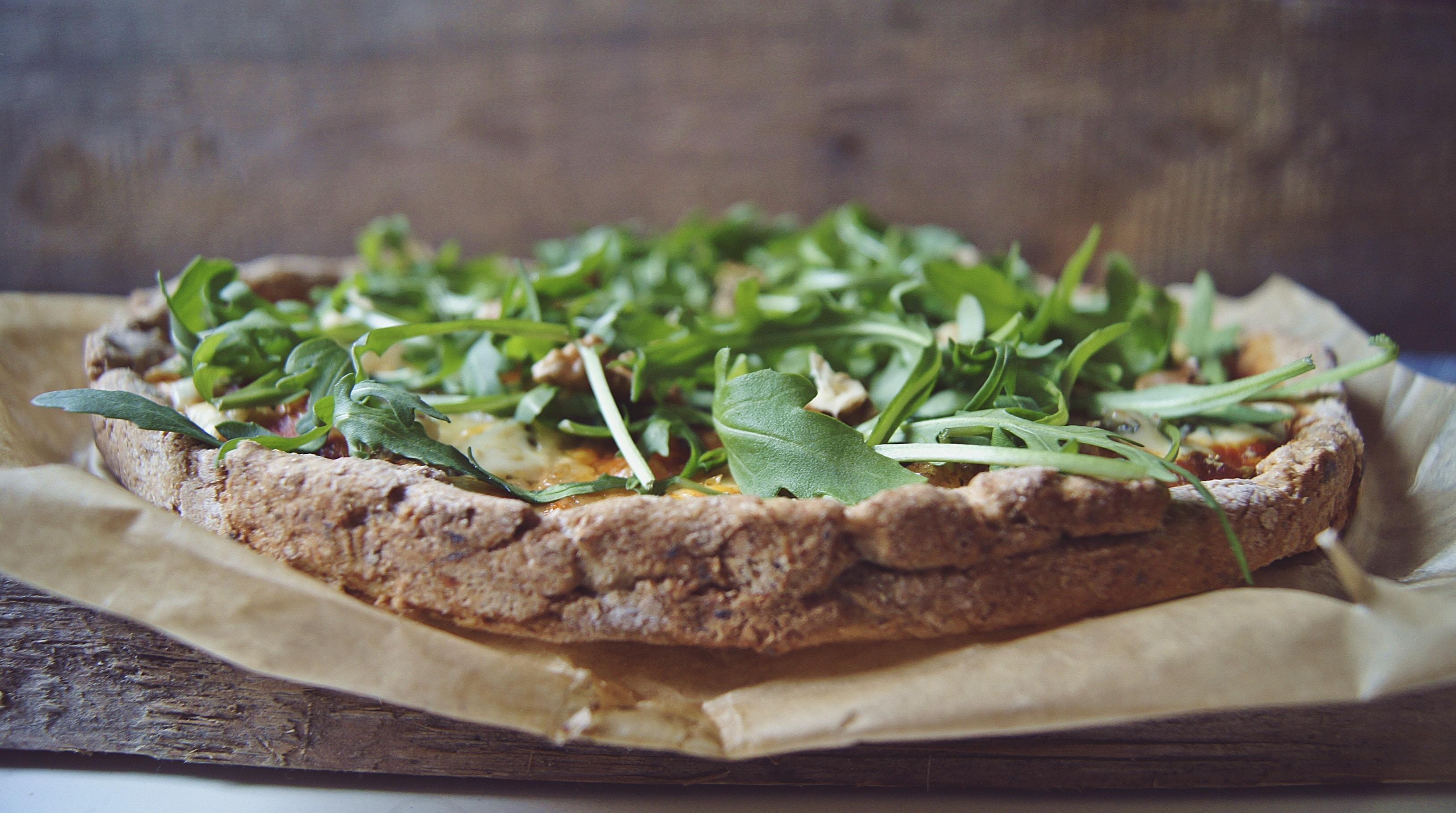 Razowa pizza z gorgonzolą i gruszką