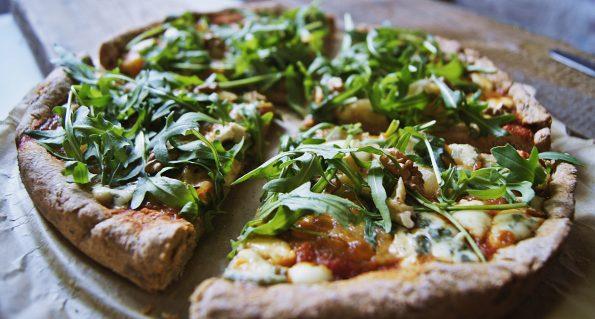 razowa pizza z rukolą