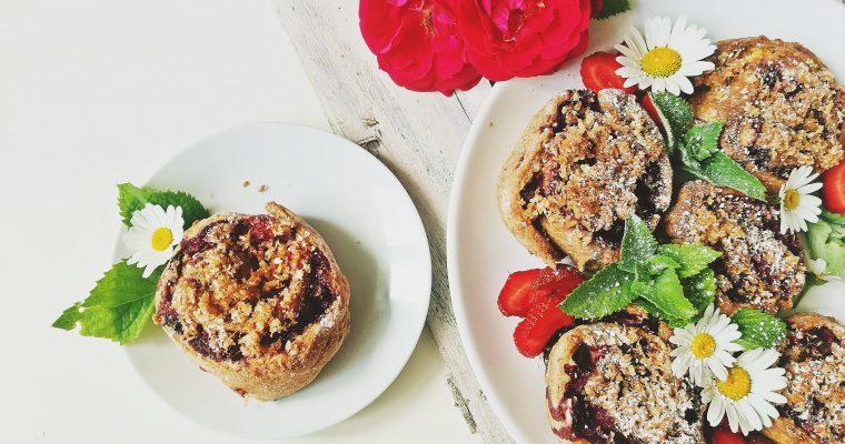 Dietetyczne bułeczki drożdżowe z truskawkami