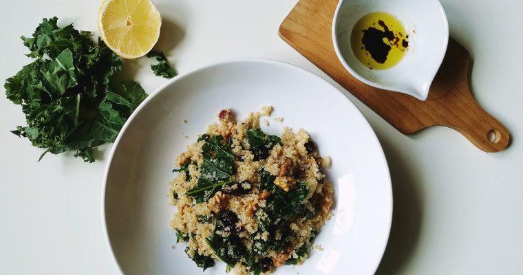 Sałatka z komosą ryżową i jarmużem