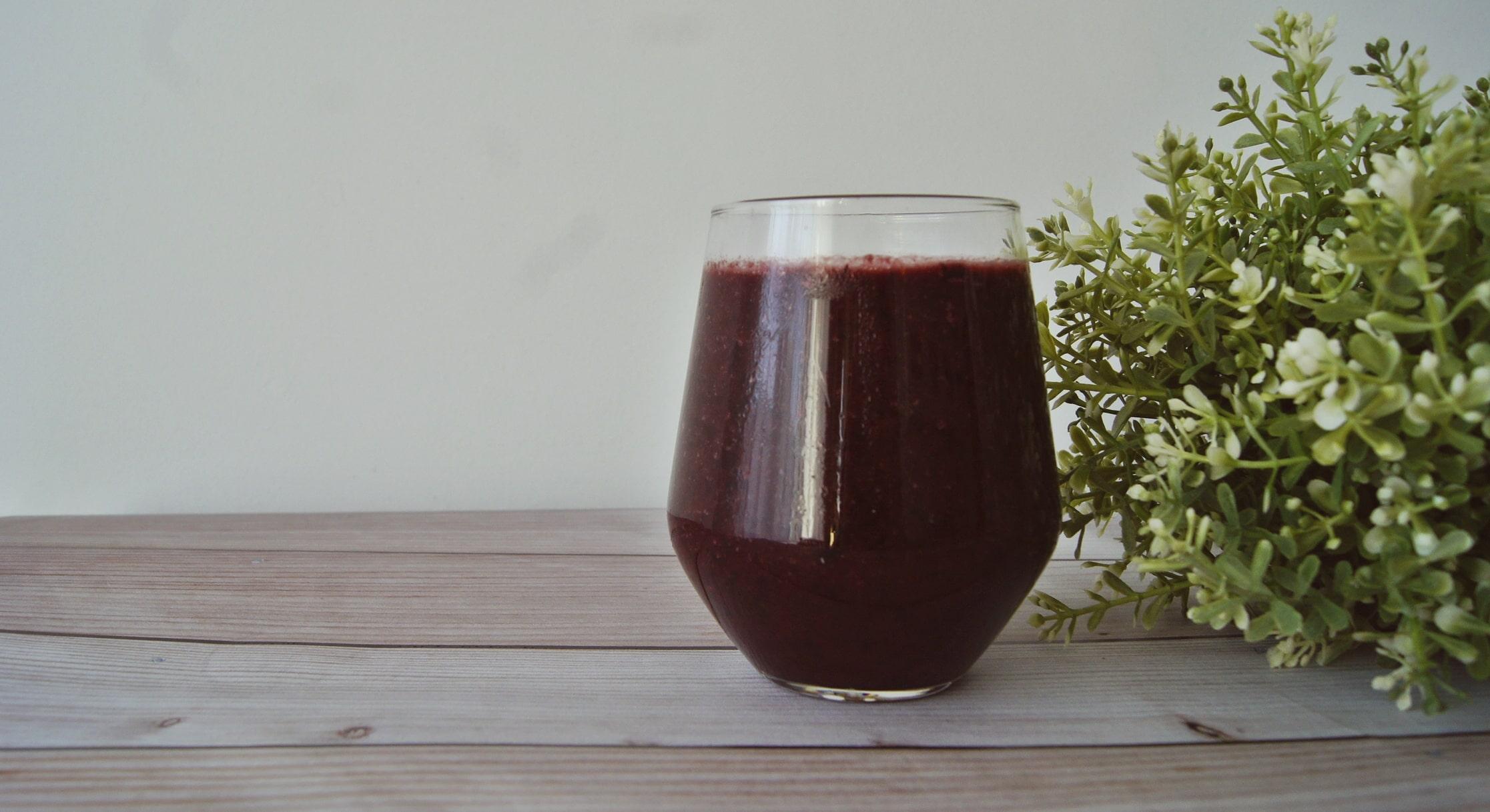 Regenerujący koktajl z jagodami na mleku ryżowym