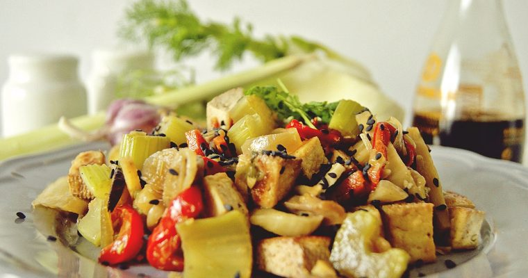 Makaron ryżowy z tofu i warzywami
