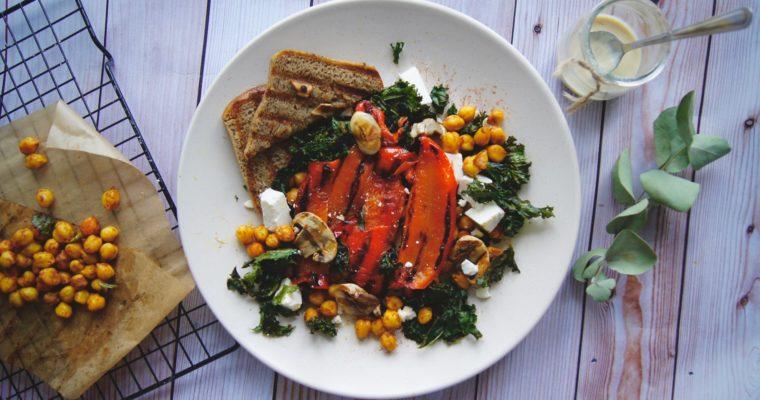 Sałatka z grillowaną papryką, ciecierzycą i jarmużem